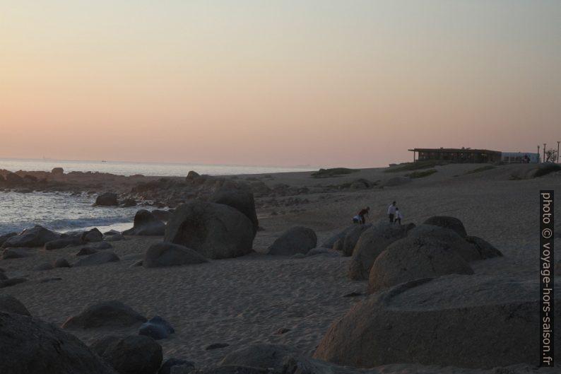Gros rochers granitiques sur la Praia de Salgueiros. Photo © Alex Medwedeff