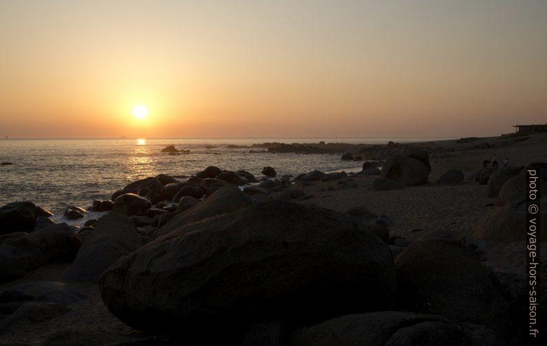 Coucher de soleil à la plage de Salgueiros. Photo © André M. Winter