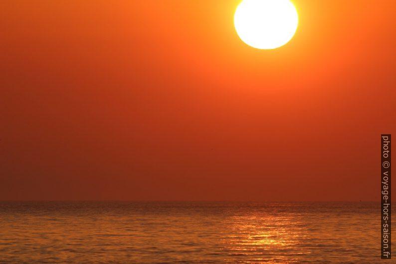 Disque du soleil et mer orange. Photo © André M. Winter