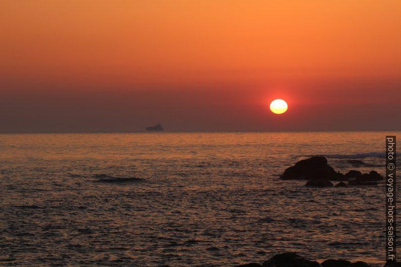 Coucher du soleil vu de la Praia de Salgueiros. Photo © André M. Winter