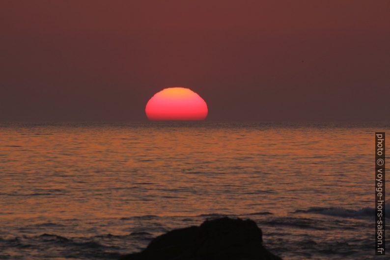 Le disque du soleil plongé d'un tiers dans la mer. Photo © André M. Winter