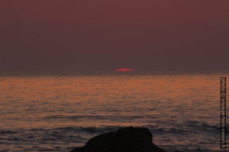 Le disque du soleil presque disparu dans l'Océan Atlantique. Photo © André M. Winter