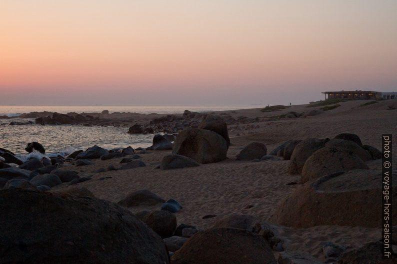 Rochers de la Praia de Salgueiros après le coucher du soleil. Photo © Alex Medwedeff
