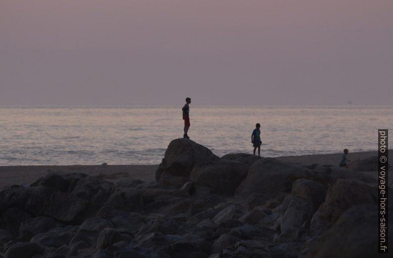 Des enfants jouent sur la Praia de Salgueiros. Photo © André M. Winter