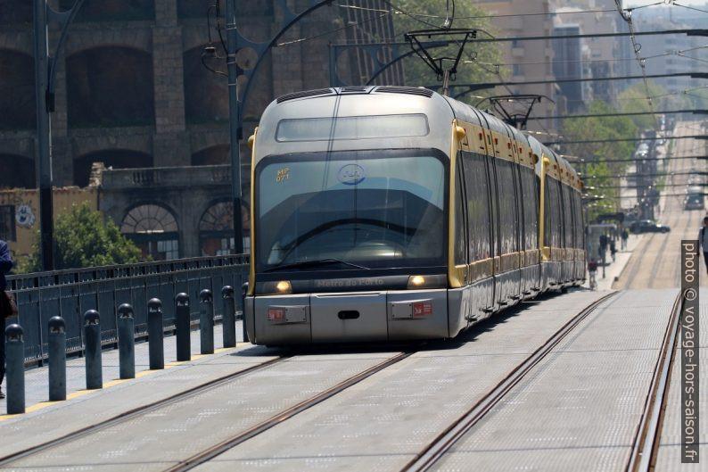 Rame Eurotram du Métro léger de Porto sur le Ponte Luís. Photo © André M. Winter