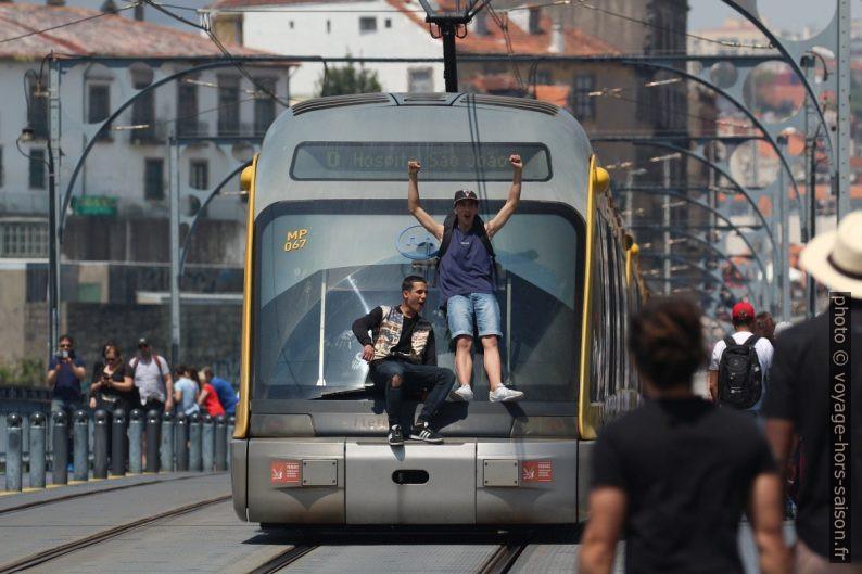 Deux jeunes à l'extérieur d'une rame du métro de Porto. Photo © André M. Winter