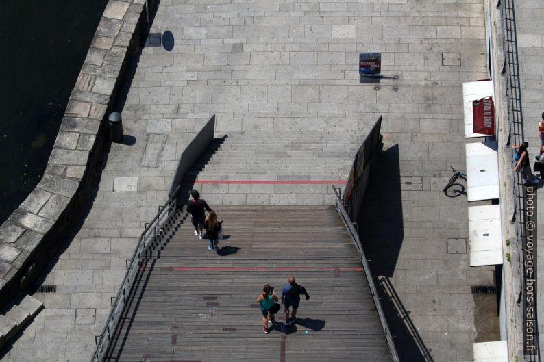 Escalier descendant vers le Cais da Ribeira. Photo © André M. Winter