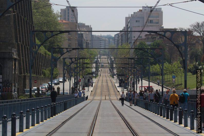 Rails du métro de Porto du Pont Luis I à la Avenida da República. Photo © André M. Winter