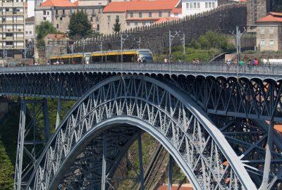 Tablier supérieur passant sur l'arc à treillis du Pont Dom-Luís. Photo © André M. Winter