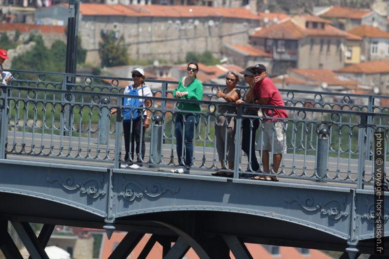 Des touristes sur le Pont Dom-Luís. Photo © André M. Winter