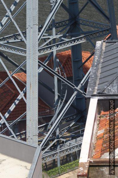 Échelle hélicoïdale dans le pilier sud du Pont Dom-Luís. Photo © André M. Winter