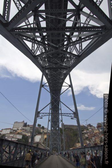 Arc à treillis métallique du Pont Dom-Luís vu de dessous. Photo © André M. Winter