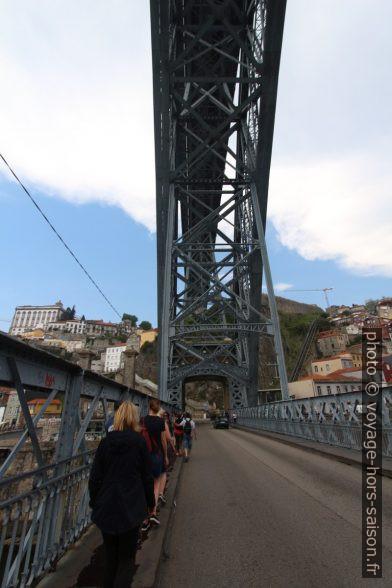 Trottoir trop étroit du niveau inférieur du Pont Dom-Luís. Photo © André M. Winter