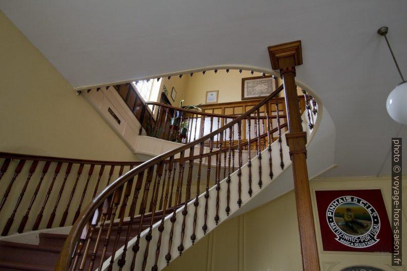 Escalier courbé montant à l'étage de direction de Pinhais. Photo © André M. Winter