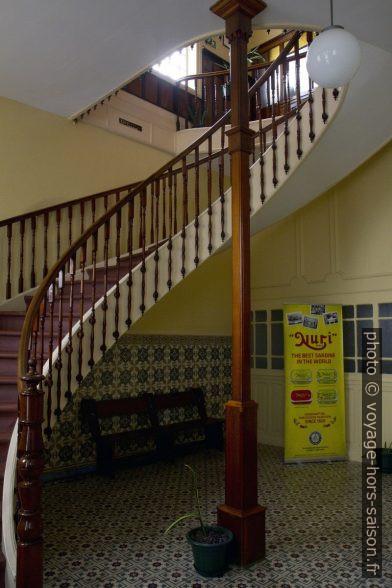 Escalier courbé montant à l'étage de direction de Pinhais. Photo © Alex Medwedeff