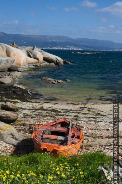 Une barque sur une plage de la Punta Cabalo. Photo © Alex Medwedeff
