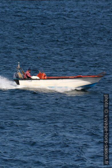 Un pêcheur rentre avec sa barque. Photo © André M. Winter