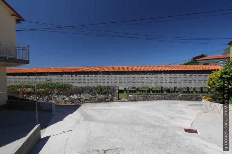 Le long hórreo de Lira. Photo © André M. Winter