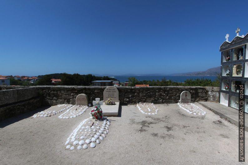 Tombes couvertes de coquillages St. Jacques sur le cimetière de Lira. Photo © André M. Winter