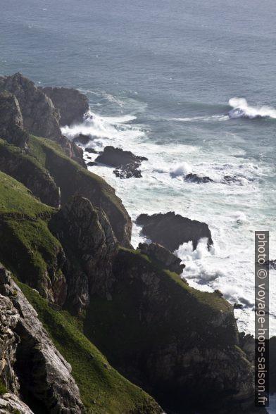 Les vagues déferlent sur le Cabo de la Nave. Photo © Alex Medwedeff