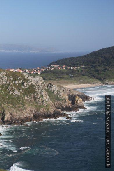 Village de Fisterra et la Praia Mar de Fóra. Photo © Alex Medwedeff
