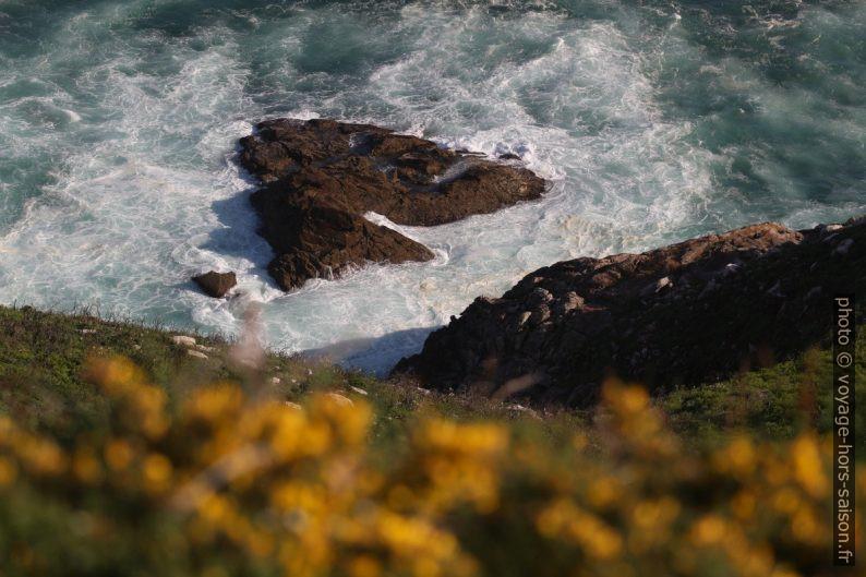 Un rocher près de la face sud du Cabo de la Nave. Photo © André M. Winter