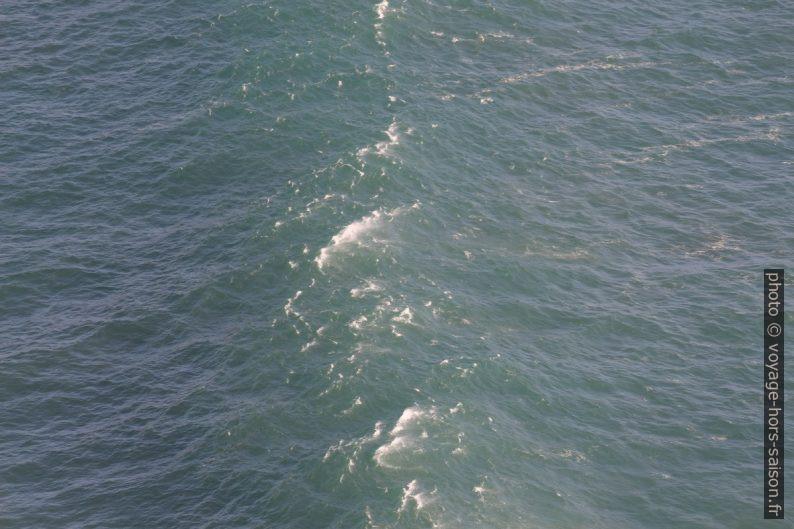 Une vague se forme devant la baie au nord-ouest de Fisterra. Photo © André M. Winter