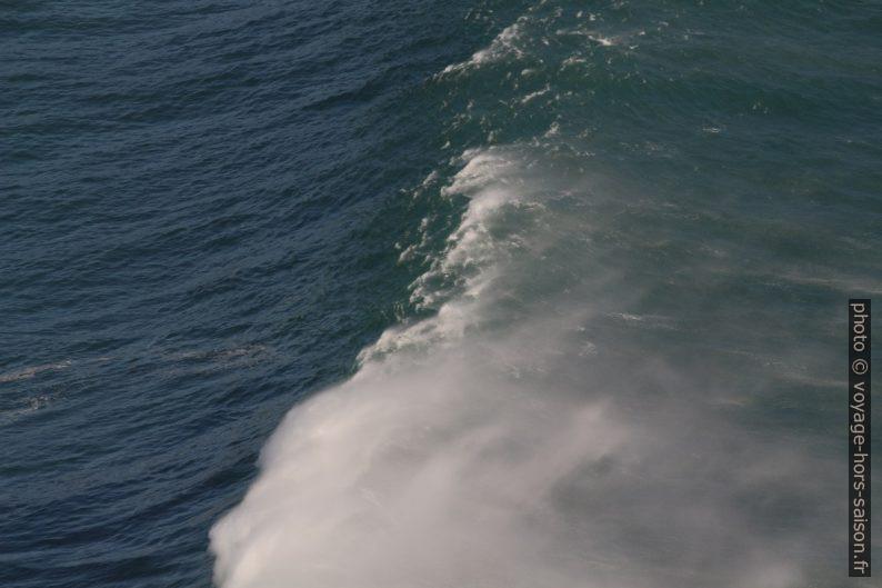 Une vague avançant contre le vent. Photo © André M. Winter