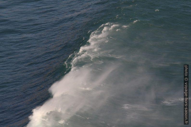 Le vent soulève l'écume de la crête de la vague. Photo © André M. Winter