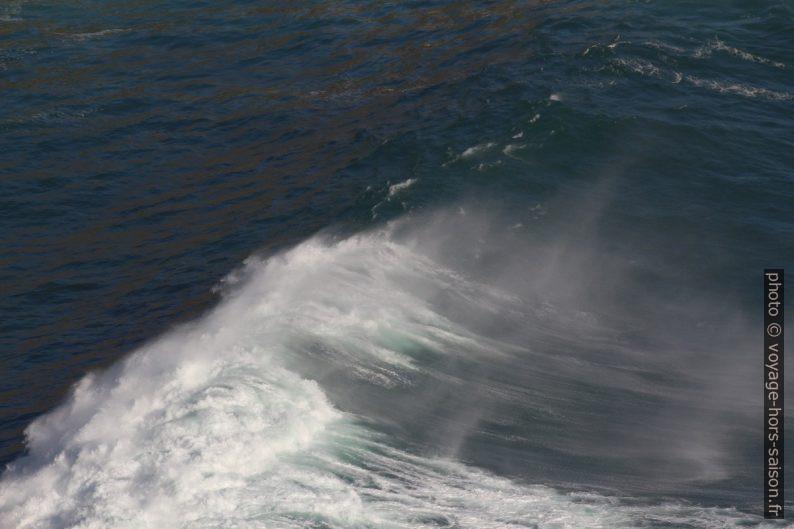 La vague commence à se briser sur les rochers de la baie au nord-ouest de Fisterra. Photo © André M. Winter