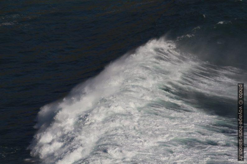 La vague se brise sur les rochers de la baie au nord-ouest de Fisterra. Photo © André M. Winter