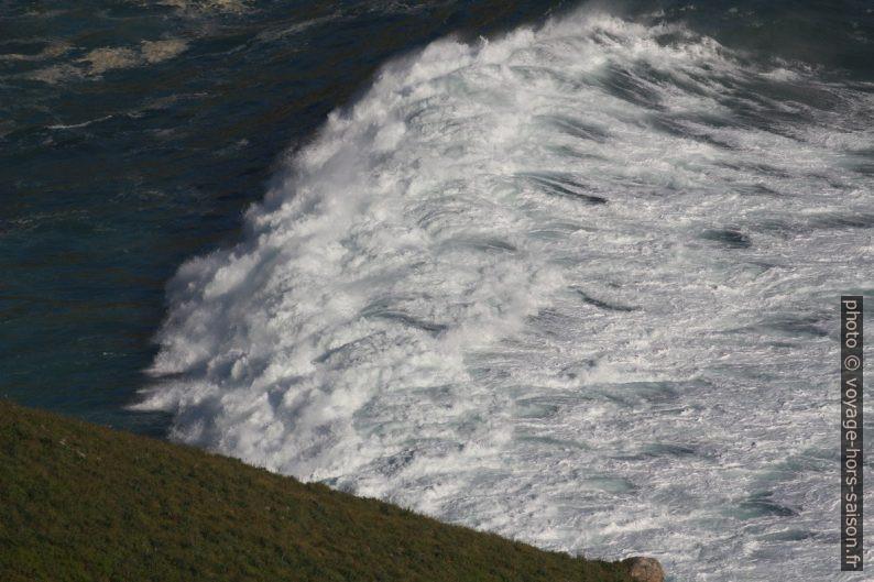 Une vague brisée sur les rochers de la baie au nord-ouest de Fisterra. Photo © André M. Winter