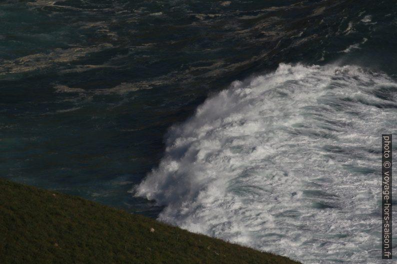 Une vague sur les rochers de la baie au nord-ouest de Fisterra. Photo © André M. Winter
