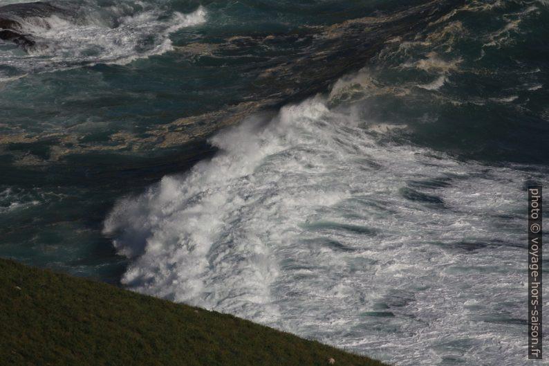 Une grosse vague dans baie au nord-ouest de Fisterra. Photo © André M. Winter