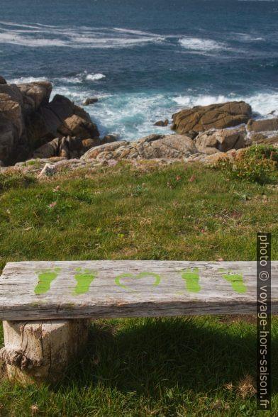 Peintures sur un banc au Cabo Santo Adrián. Photo © Alex Medwedeff