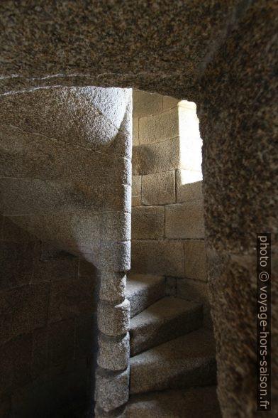 Escalier en colimaçon montant à la terrasse de la Tour d'Hercule. Photo © André M. Winter