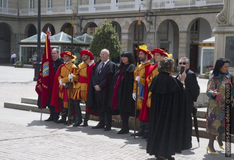 Hommes en habits historiques et le drapeau de la ville de la Coruña. Photo © Alex Medwedeff