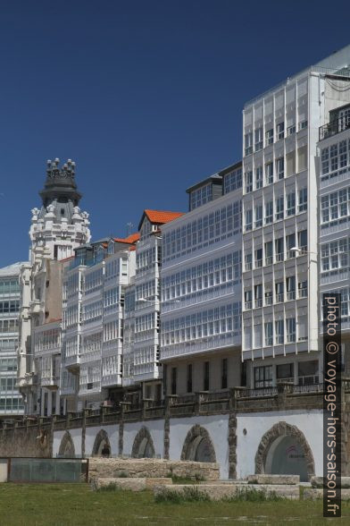 Façades maritimes du port de la Coruña. Photo © Alex Medwedeff