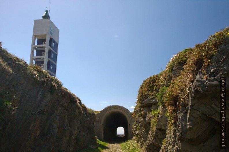 Une galerie souterraine près du phare de la Punta Frouxeira. Photo © Alex Medwedeff