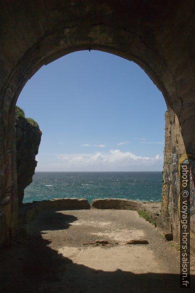 Vue d'une galerie souterraine de la Punta Frouxeira. Photo © Alex Medwedeff