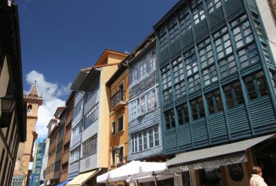 Anciens balcons couverts dans le centre d'Oviedo. Photo © Alex Medwedeff