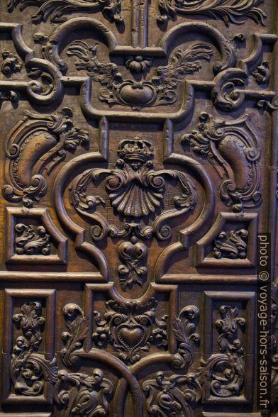Coquille de St. Jacques sur la porte de la cathédrale d'Oviedo. Photo © Alex Medwedeff