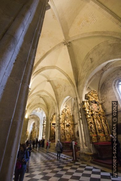 Nef et chapelles latérales de la cathédrale d'Oviedo. Photo © André M. Winter