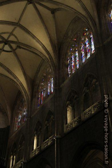 Vitraux et galerie de la nef principale de la cathédrale d'Oviedo. Photo © Alex Medwedeff