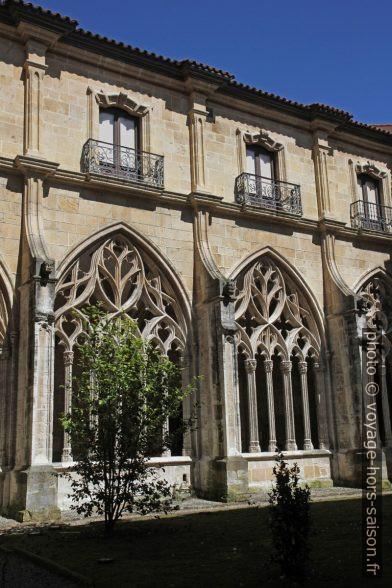 Arcades du cloître de la cathédrale d'Oviedo. Photo © Alex Medwedeff