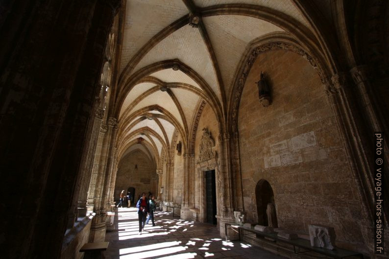 Un couloir du cloître de la cathédrale d'Oviedo. Photo © André M. Winter