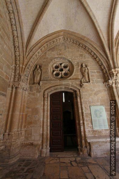 Porte entre le cloître et la salle capitulaire. Photo © André M. Winter