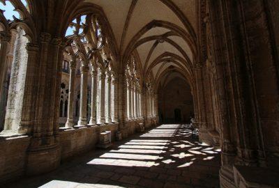 Couloir du cloître avec l'ombre des arcades. Photo © André M. Winter