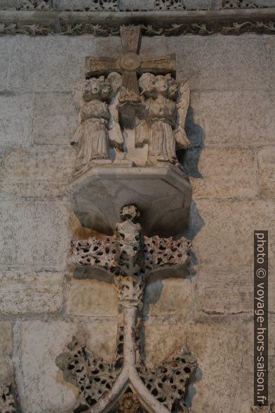 Détail d'une sculpture dans le cloître d'Oviedo. Photo © Alex Medwedeff