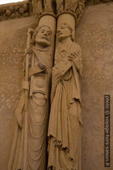 Deux moines sculptés en colonnes. Photo © Alex Medwedeff